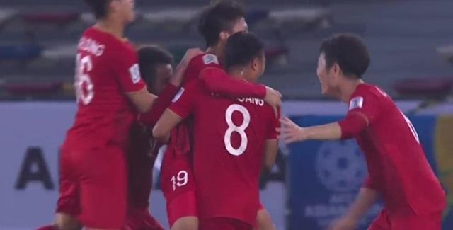 베트남이 2019 아시안컵 D조 조별예선 첫 경기인 이라크전에서 전반전 25분 선취골로 환호했다. 동점골 허용후 추가골로 2-1로 앞섰다. /JTBC 중계 캡쳐