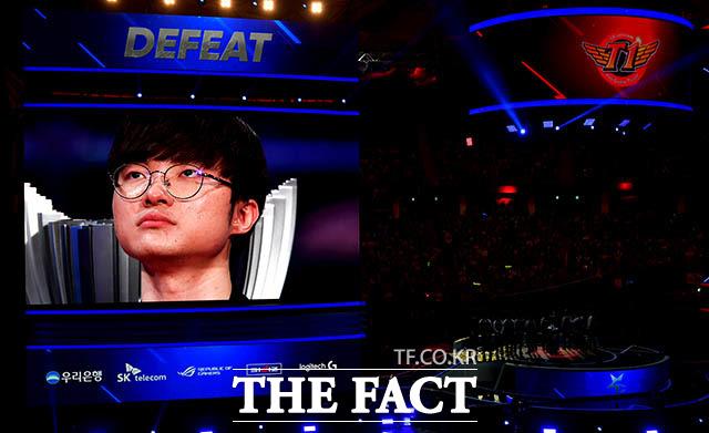 SK텔레콤T1 미드라이너 '페이커' 이상혁이 우승 직후 인터뷰를 하면서 눈물을 보이고 있다. /이덕인 기자