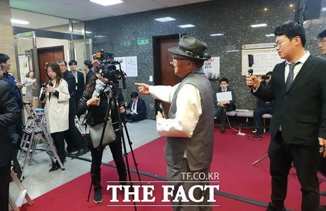 유튜브 채널 '서울의 소리' 백은종 대표가 국회에서 정개특위와 사개특위를 둘러싼 의원들의 갈등을 유튜브 라이브 방송으로 생중계하는 과정에서 보수 채널 '신의 한수'를 직접적으로 비판해 양 측이 갈등을 빚기도 했다. /이원석 기자
