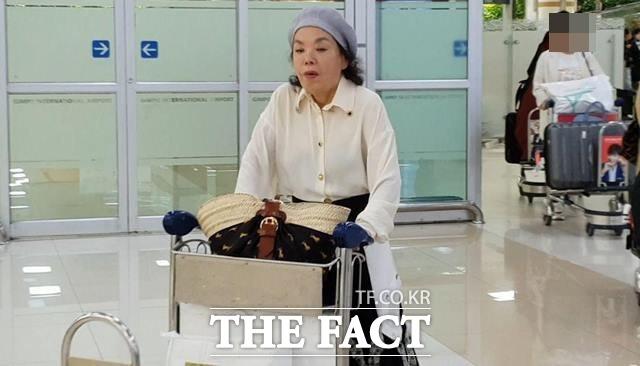 지난 12일 양정철 신임 민주연구원장의 귀국 소식을 접하고 공항에 나가 있던 <더팩트> 취재진에 해외여행을 마치고 입국하는 배우 김수미 씨의 모습이 포착됐다. /이원석 기자