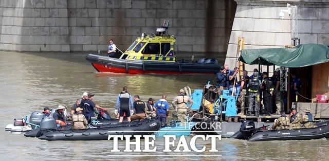 헝가리 부다페스트 다뉴브강 사고 현장에서 대한민국 정부 합동 신속 대응팀과 헝가리 구조대가 함께 수중 수색작업을 하고 있다. /뉴시스