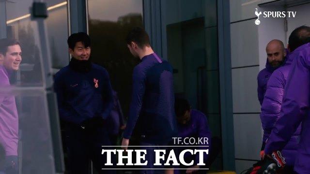 밝은 모습으로 무리뉴 감독의 첫 훈련에 나서는 손흥민./토트넘 홈페이지 영상 캡처