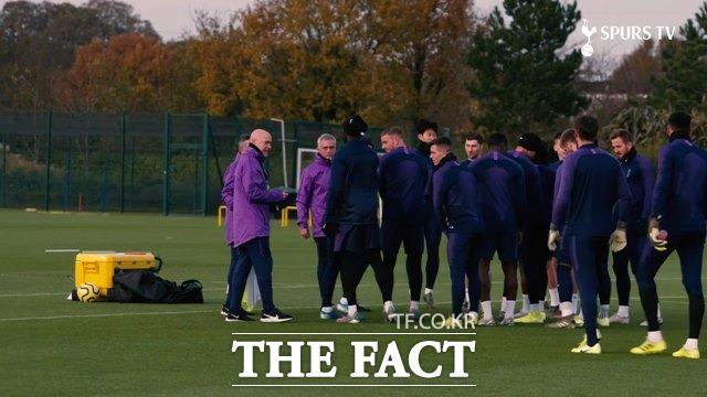 무리뉴 감독이 20일 영국 런던의 토트넘 훈련캠프에서 손흥민 등을 비롯한 1군 선수들과 첫 훈련을 하고 있다./토트넘 홈페이지 영상 캡처