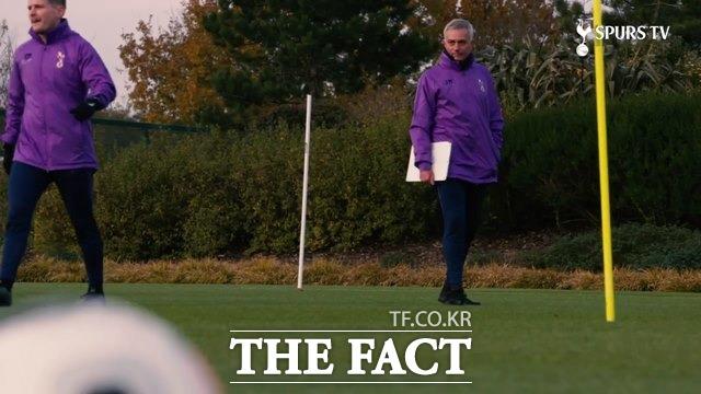 토트넘의 보라색 훈련복을 입고 선수들을 지도하는 무리뉴 감독./토트넘 홈페이지 영상 캡처