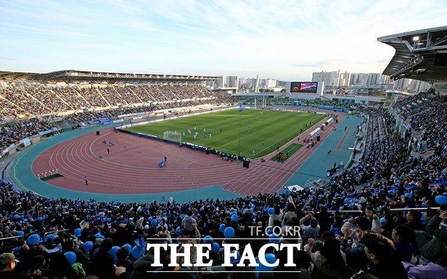 오는 11월 30일(토)부터 12월 2일(월)까지 벌어지는 잉글랜드 프리미어리그(EPL) 8경기와 국내프로축구(K리그) 6경기 등 총 14경기를 대상으로 한 축구토토 승무패 41회차 울산-포항(8경기)전에서 국내 축구팬들의 63.82%가 홈팀 울산이 승리를 거둘 것으로 예상했다.사진은 울산현대 홈구장./울산현대 제공